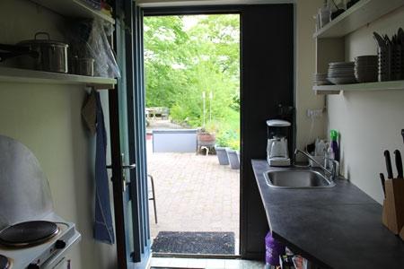 kig fra køkken og ud i haven